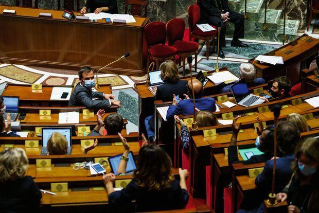 Le 7 novembre, pendant le débat électrique sur le projet de loi pour la prorogation de l'état d'urgence sanitaire, Olivier Véran se tourne vers l'élue LREM Coralie Dubost (de dos, cheveux longs).