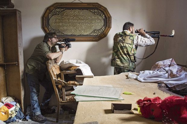 Le 11 mai 2013, à Alep (Syrie). Stephan Villeneuve filme un sniper pendant la bataille.