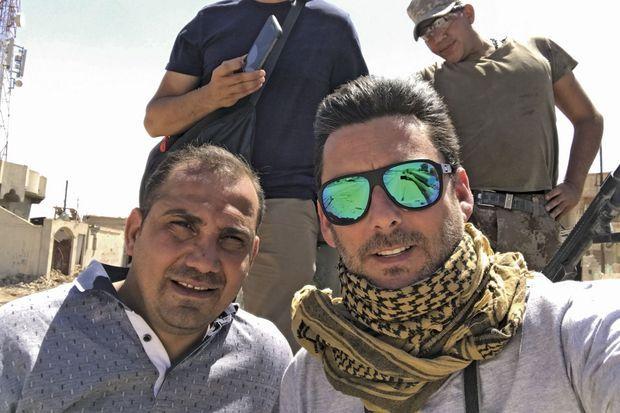 Le 7 juin. Bakhtiyar Haddad (à gauche) avec le photographe de Paris Match Alvaro Canovas, sur le toit d'un Humvee, à l'ouest de Mossoul.
