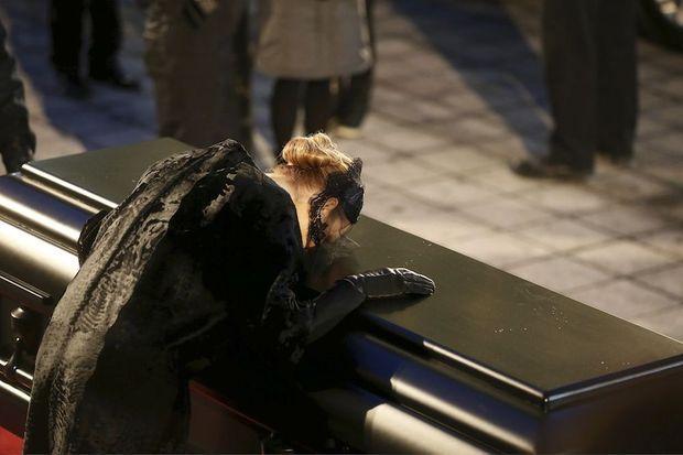 Vers 17 h 15. Au moment où Céline Dion embrasse le cercueil, les cloches sonnent à la volée.
