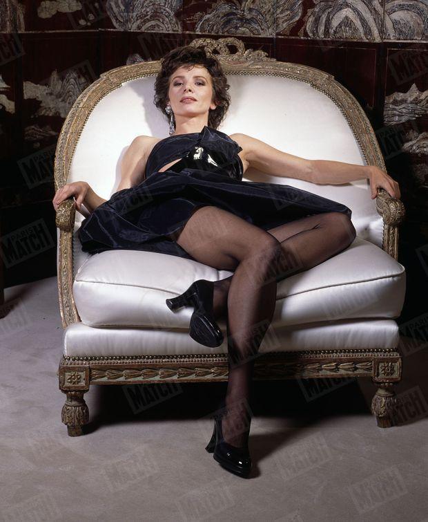 « Rue Cambon, en robe noire de Chanel, Victoria s'est installée dans la bergère préférée de Mademoiselle. » - Paris Match n° n°2226, 23 janvier 1992