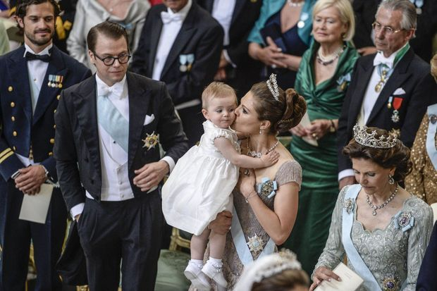 La princesse Victoria et le prince Daniel, avec leur fille, Estelle. Un petit fauteuil lui était réservé, mais la fillette a vite préféré les genoux de sa maman, assise au côté de la reine Silvia.
