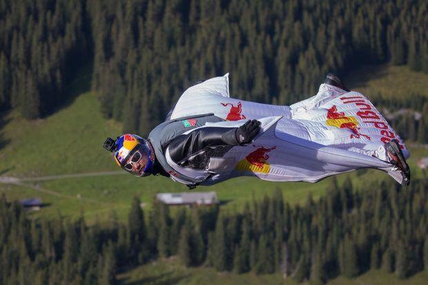 Vince Reffet, lors de sa descente en wingsuit.