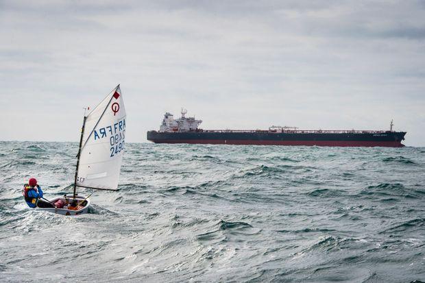 Violette lors de sa traversée de la Manche en Optimist à l'âge de 15 ans