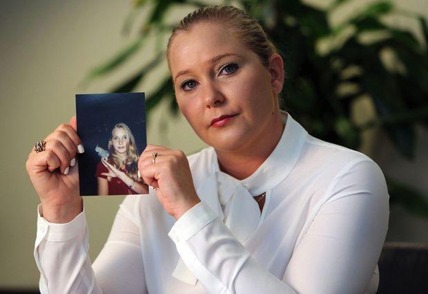 Virginia Roberts avec sa photo à 16 ans, l'âge auquel elle aurait commencé à être abusée par le milliardaire.