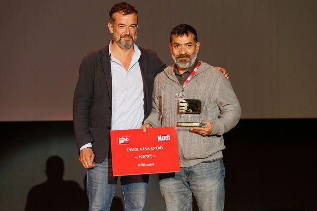 Guillermo Arias (à droite) aux côtés de Régis Le Sommier, Directeur adjoint de Paris Match.