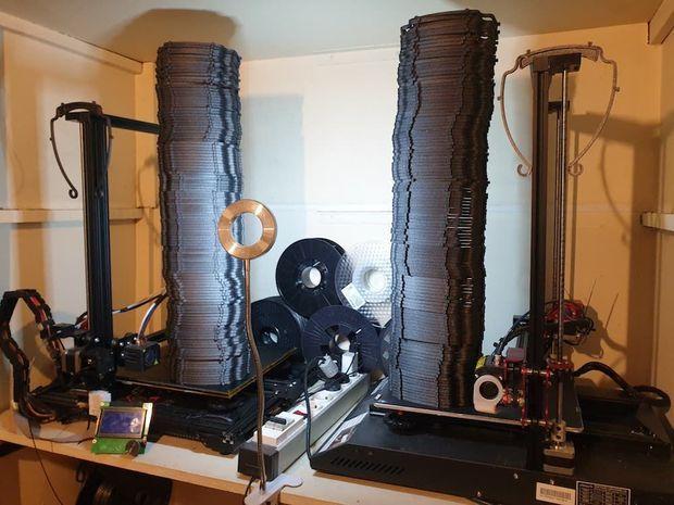 Grâce à son imprimante 3D, Brice a pu produire plus de 60 visières par jour.