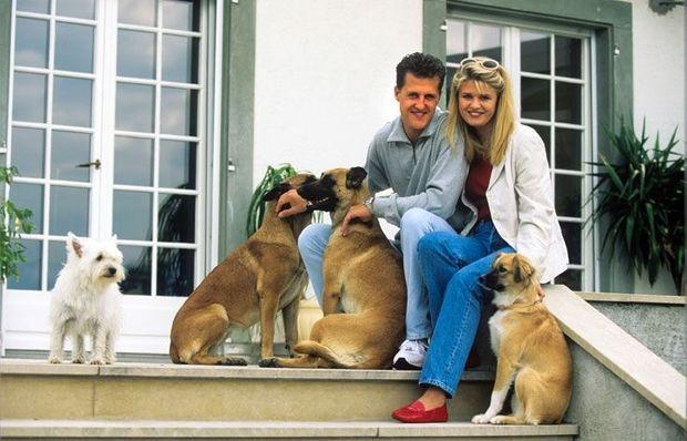 Août 1996. Michael Schumacher et Corinna dans leur villa en Suisse.