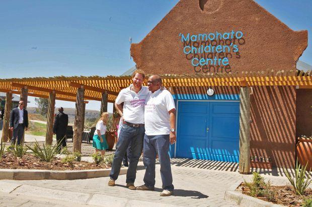 Les princes Harry et Seeiso devant le Centre pour enfants Mamohato inauguré le 26 novembre 2015 au Lesotho