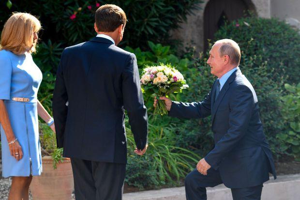 Vladimir Poutine offre un bouquet de fleurs à Brigitte Macron, lundi au fort de Brégançon.
