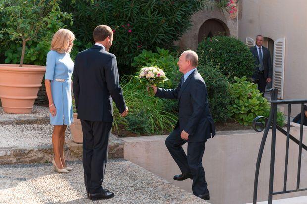 Vladimir Poutine offre un bouquet de fleurs à Brigitte Macron, le 19 août au Fort de Brégançon.