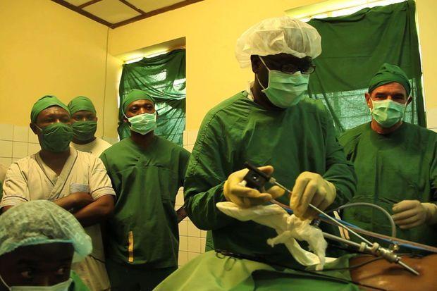 Les Drs Mukwege et Cadière au bloc.