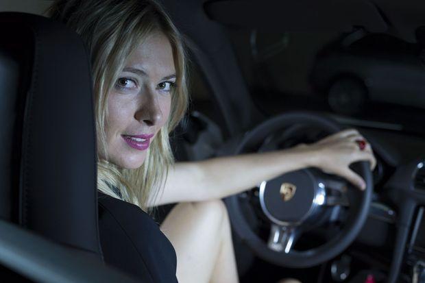 Maria Sharapova au volant de la Porsche.