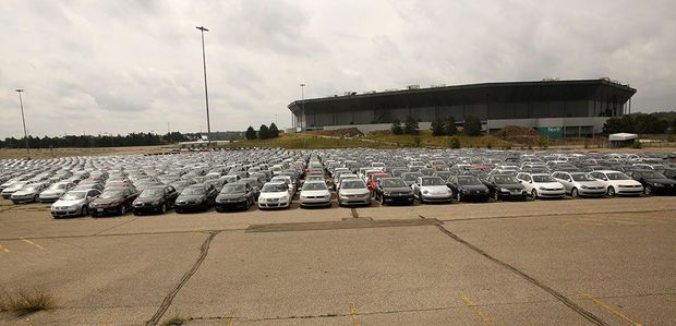 Parking du Pontiac Silverdome, dans le Michigan, en août 2017. A perte de vue, des véhicules diesel que Volkswagen a dû racheter à ses clients.