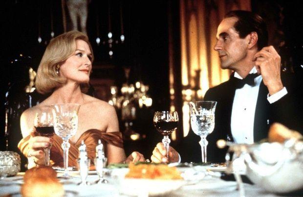 Glenn Close et Jeremy Irons interprètent Sunny et Claus dans « Le Mystère von Bülow » de Barbet Schroeder en 1990.