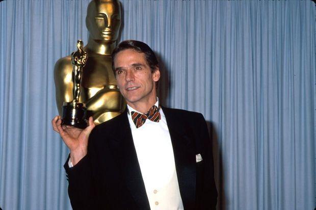 Jeremy Irons obtiendra l'Oscar du meilleur acteur pour son interprétation de Claus dans « Le Mystère von Bülow » de Barbet Schroeder en 1990.