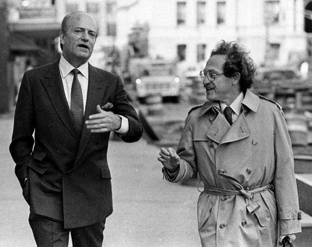 Claus von Bulow et son avocat Alan Dershowitz, grand artisan de son acquittement, se rendant au tribunal de Providence, lors du second procès en avril 1985.