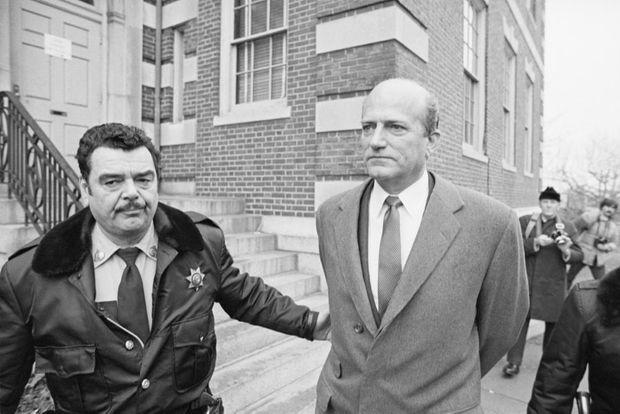 Claus von Bulow, amené menotté au tribunal de Newport pour son premier procès, en janvier 1982.