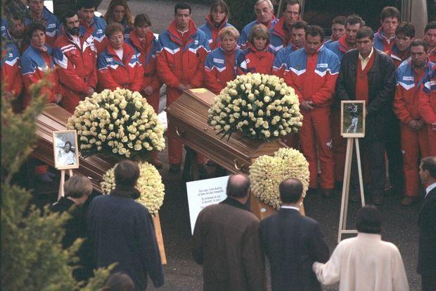 Obsèques d'Edith et Patrick Vuarnet à Morzine, le 5 janvier 1996. Habillés aux couleurs du domaine des Portes du Soleil, les employés de Jean Vuarnet, venus rendre hommage à l'épouse de leur patron (de dos).