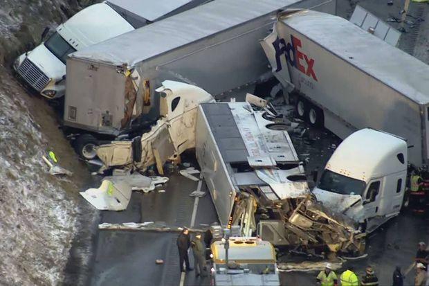 Vue aérienne de l'accident sur la Pennsylvania Turnpike, dimanche.