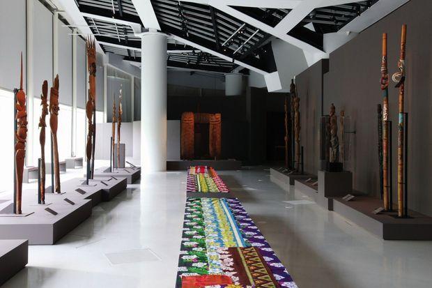 Vue de l'exposition « Kanak, l'art est une parole » au musée du Quai Branly, en 2013.