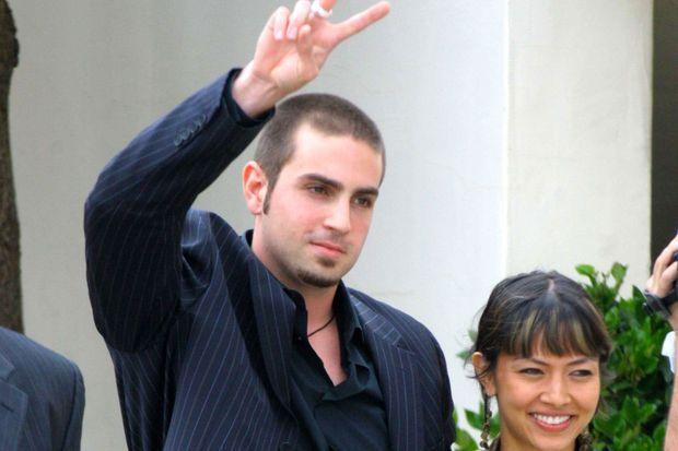 Wade Robson sortant du tribunal avec sa femme après avoir défendu Michael Jackson en 2005.