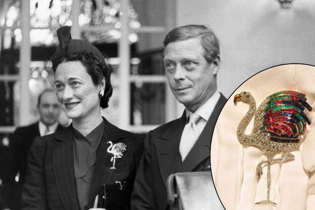 La duchesse de Windsor porte sa broche flamant, le 24 juin 1940. En médaillon, le flamant lors d'une vente chez Sotheby's à Londres, le 22 juin 2010.