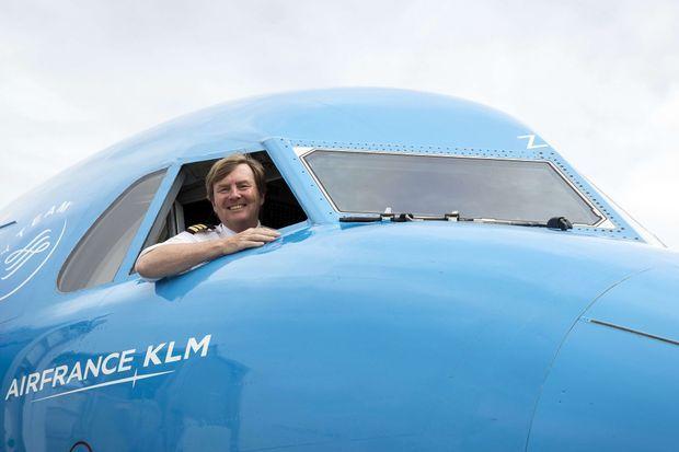 Le roi Willem-Alexander des Pays-Bas à bord d'un Fokker 70 à l'aéroport Schiphol à Amsterdam, le 16 mai 2017
