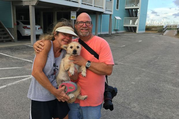 William and Kim Sample vont rester chez eux à Carolina Beach malgré les consignes de la police. Ici, avec leur chien Ivy .