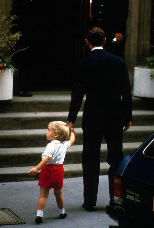"""""""William est arrivé à Saint Mary attaché dans son siège d'enfant à l'arrière de la voiture de son père et c'est Charles lui-même qui l'a aidé à en sortir. Lui tenant fermement la main, l'enfant a pénétré dans la maternité pour aller découvrir son petit frère."""" - Paris Match n°1844, 28 septembre 1984"""