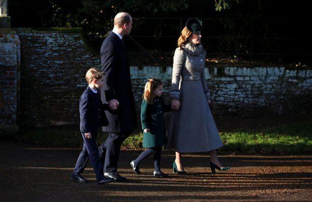L'arrivée de William, Kate, Charlotte et George pour la messe matinale de Noël.