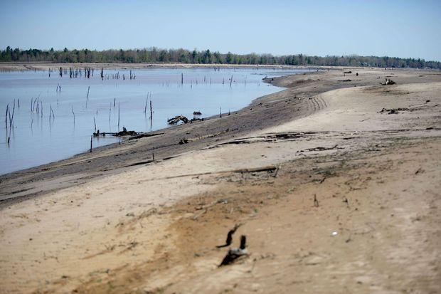 En amont des barrages détruits, la catastrophe a vidé le lac de Wixom, ici photographié mercredi.