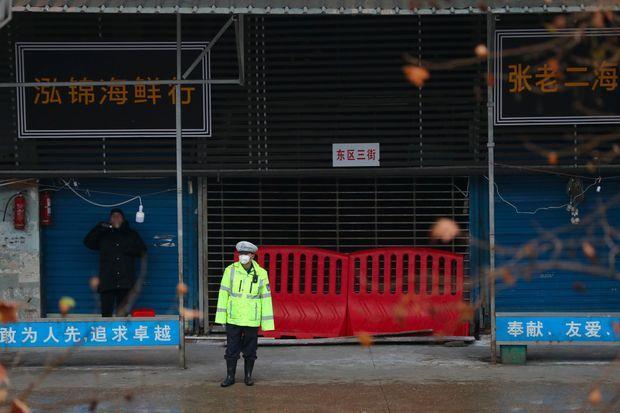 Devant le marché de Wuhan, fermé, le 10 janvier.