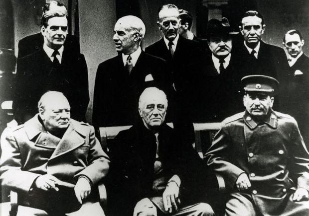 Churchill, Roosevelt et Staline à la conférence de Yalta.