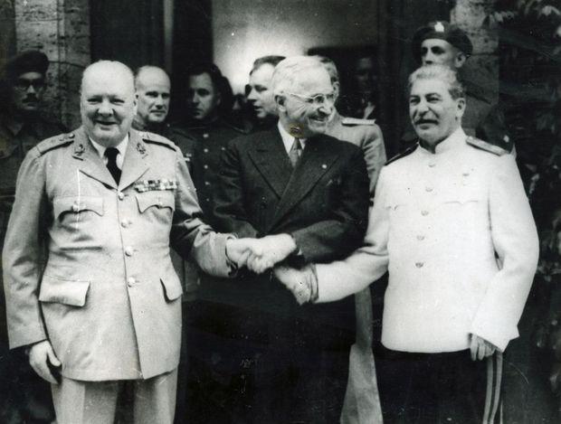 Film de Georges RONY Image d'archive montrant Winston CHURCHILL, Harry TRUMAN et Joseph STALINE à la conférence de POTSDAM organisée vers la fin de la Seconde Guerre mondiale pour fixer le sort des ennemis des forces alliées.