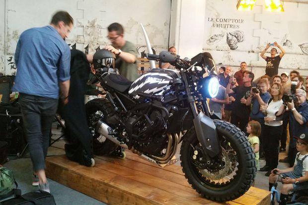 La Yamaha XSR900 «Volt Face» face au public.