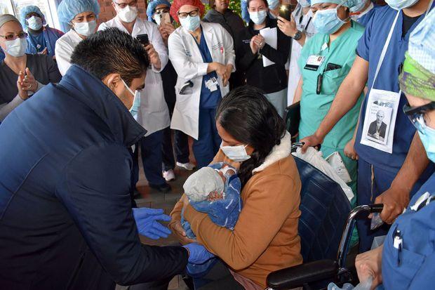 Partout dans le monde, la pandémie perturbe la vie quotidienne des maternités. Ici, le 15 avril, à Bay Shore, dans l'Etat de New York, aux Etats-Unis, Yanira Soriano rencontre son fils pour la première fois, après avoir donné naissance en coma artificiel alors qu'elle souffrait du Covid-19.
