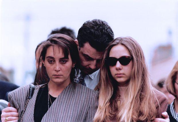 """""""Pendant les obsèques à La Londe-Les-Maures, Laeticia et Angélique, ses filles, brisées par le chagrin."""" - Paris Match n°2338, 17 mars 1994."""