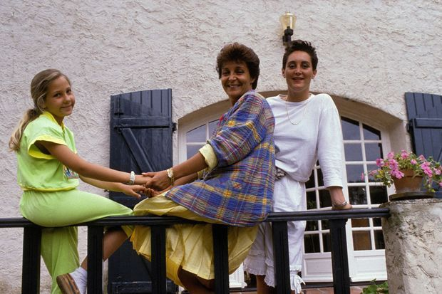 Yann Piat, députée du Front National, chez elle avec ses enfants le 27 juin 1988 à Hyères.