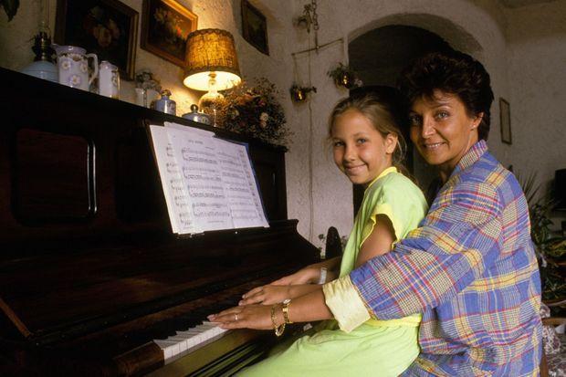 Yann Piat, députée du Front National, chez elle avec sa fille le 27 juin 1988 à Hyères.