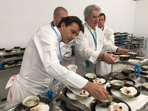 Yannick Alléno dresse les assiettes de l'entrée.