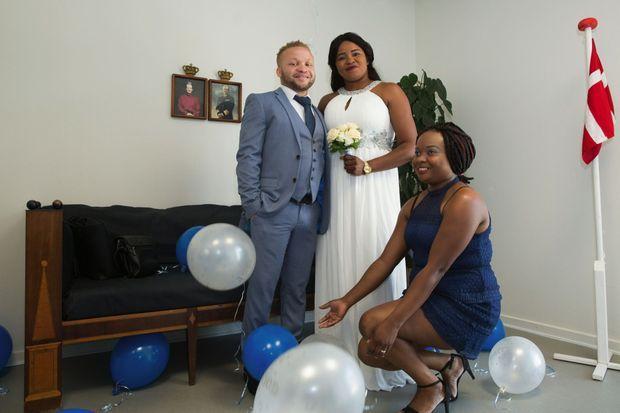 Yannick et Blanche, d'origine camerounaise, vivant en Allemagne, sont venus en famille à Aero où les formalités et les prix sont plus légers.