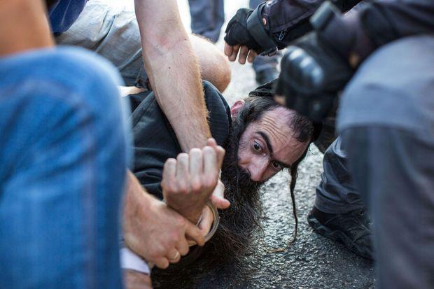 Yischai Schlissel lors de son arrestation, jeudi, après qu'il ait attaqué les participants à la Gay Pride.