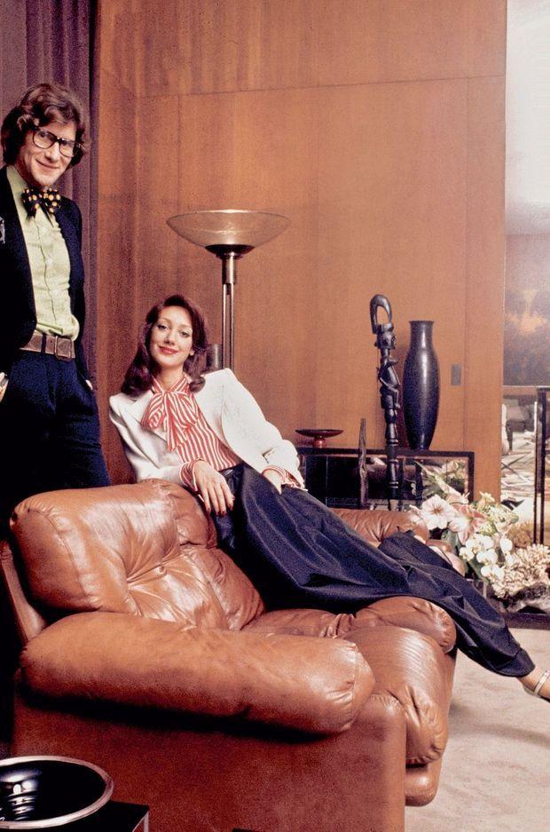 """Has been la mini des années 60. Yves Saint-Laurent rallonge les jupes. Marisa Berenson est sa muse, """"la it girl des années 70"""", comme l'appelle le couturier, pose ici chez lui."""