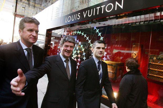 Yves Carcelle en décembre 2005 à Hong Kong, devant une boutique Louis Vuitton.