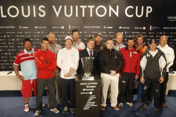 Yves Carcelle en avril 2007 devant le trophée de la Valencia Louis Vuitton Cup.