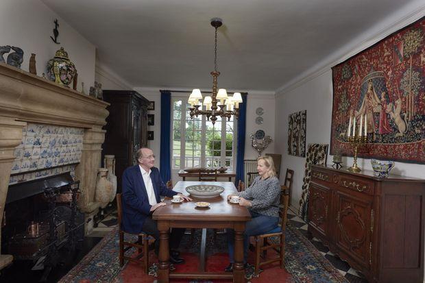 Yves et Laurence de Gaulle dans la salle à manger de la Boisserie.