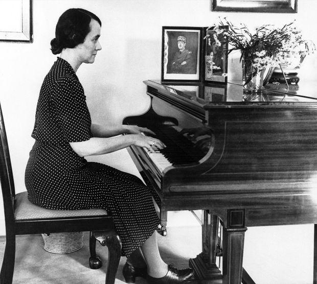"""""""À Londres elle vit avec lui l'épopée de la France libre. À Berkhampstead, à 40 km de Londres, elle recrée loin de la patrie la chaleur d'un foyer. Le général vient en autobus la retrouver chaque week-end. Pour lui elle joue du piano et cuisine des plats français. En semaine, il vit à l'hôtel Connaught, à Londres."""" - Paris Match n°512, 31 janvier 1959"""