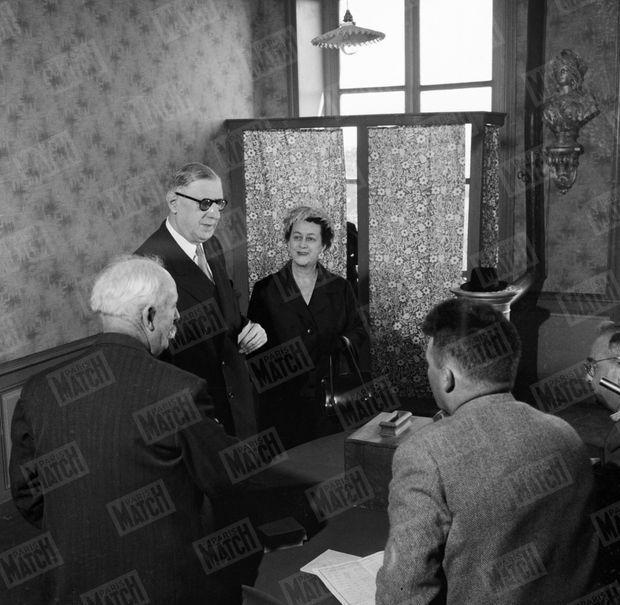 """""""Le général lui a promis un week-end par mois à Colombey. À Colombey, Mme de Gaulle vit de 1945 à 1958 le rêve d'Yvonne Vendroux : maîtresse de maison à « La Boisserie ». Elle contemple de son parc le tranquille paysage lorrain. Mais, le 28 septembre 1958. le référendum va changer sa vie."""" - Paris Match n°512, 31 janvier 1959"""