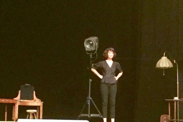 Zabou Breitman sur la scène du Théâtre de la Porte Saint Martin.